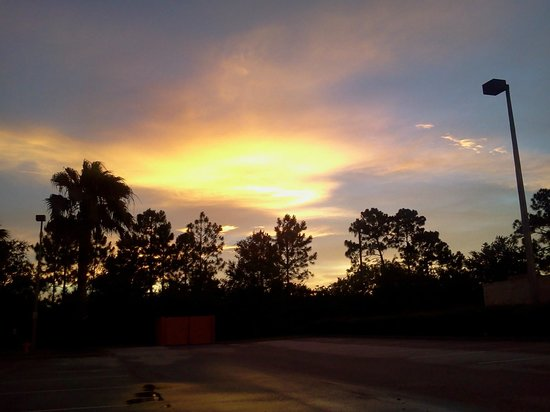 Hampton Inn Melbourne-Viera: Sunset in the north parking lot (towards I-95)