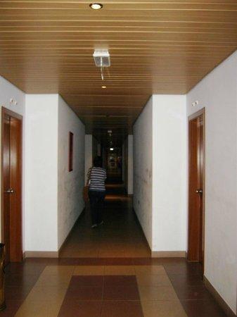 Hotel Santa Maria: corridor to suite