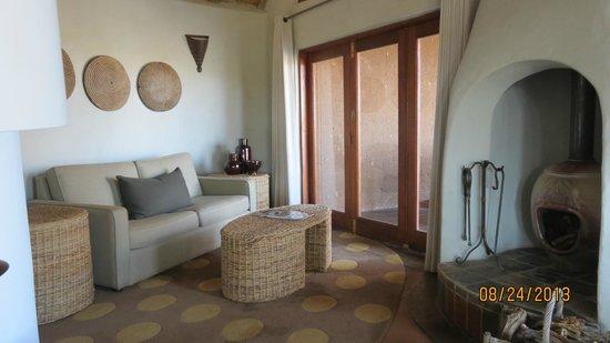 Madikwe Safari Lodge: Living room and fireplace