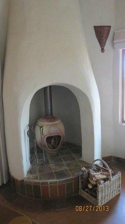 Madikwe Safari Lodge: Fireplace between the living room and bedroom