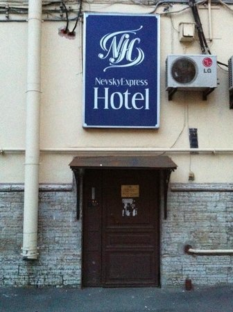 Nevskiy Express Hotel: unico ingresso hotel da parcheggio
