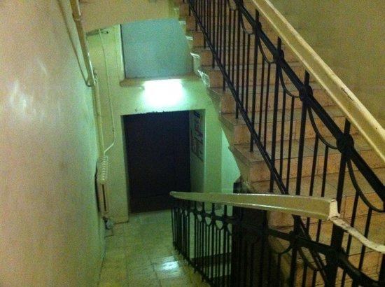 Nevskiy Express Hotel: interno scale dal pianerottolo delle scale
