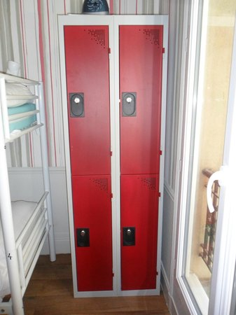 Perfect Hotel & Hostel: Lockers in the room