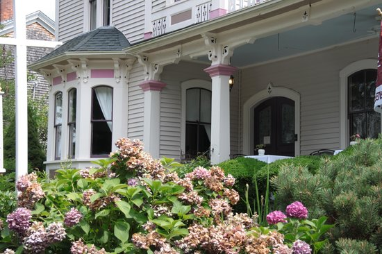 Belfry Inn and Bistro: Outside of the Painted Lady
