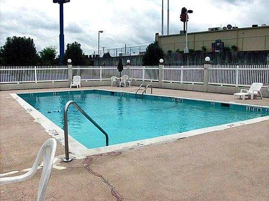 Motel 6 Calhoun: Pool