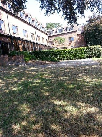 Mercure Hull Grange Park Hotel: garden