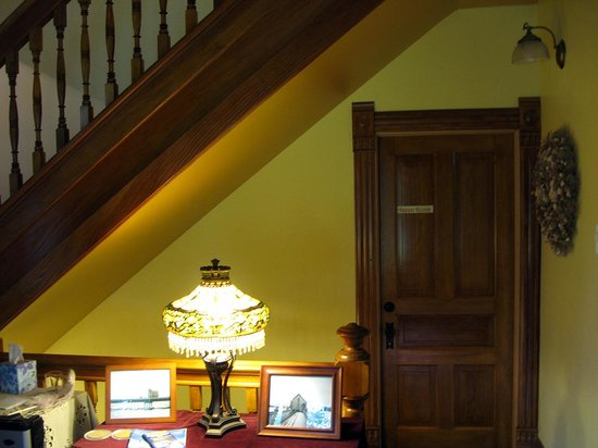 Bozeman's Lehrkind Mansion Bed and Breakfast : Foyer in the Garden House