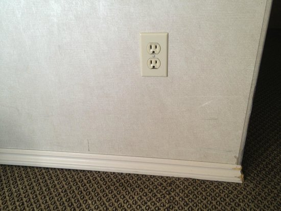 Chateau Victoria Hotel and Suites: scuffs on walls/wood trim