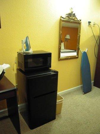 Rodeway Inn Memphis: Microondas, nevera, plancha...