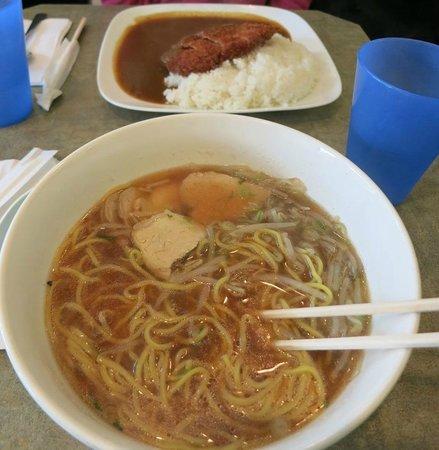 Chaya Restaurant : 食事中のラーメンと食事前のカツカレー