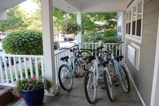 Ivy Court Inn & Suites : Bikes on porch