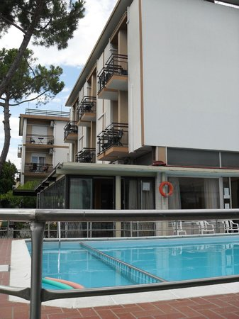 Hotel Astra: veduta dell'hotel con piscina