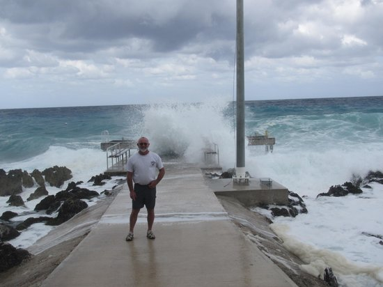 Plantation Village Beach Resort: Waves hitting the seawall.