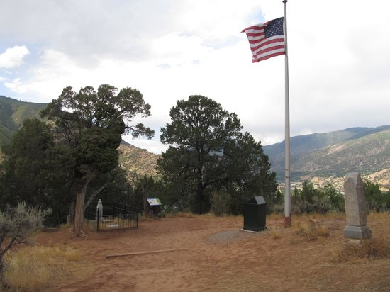 Linwood Cemetery: docs grave is by the flag
