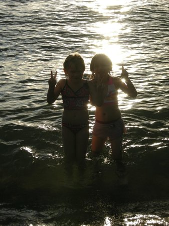 Island View Resort: granddaughters enjoying playing in the water before sunset every night