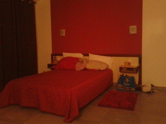 Hotel Riviera : liggend op bed een foto van het andere bed