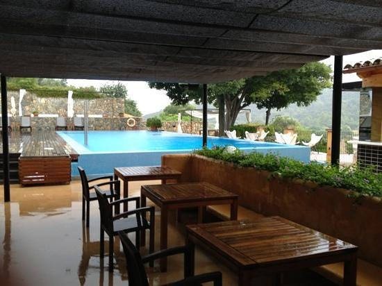365 Restaurante: terrace and pool in the rain still beautiful