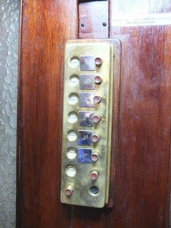 Casa Gracia Barcelona Hostel: Ancient elevator