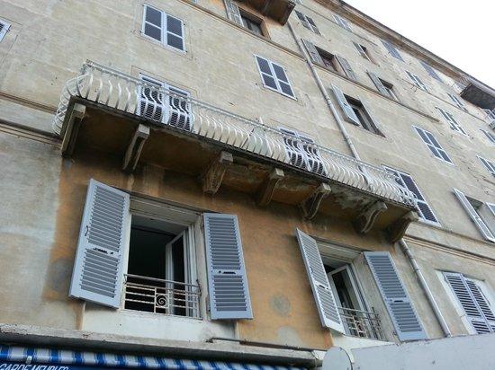 Hotel Riviera : buitenaanzicht zijkant met onze ramen open