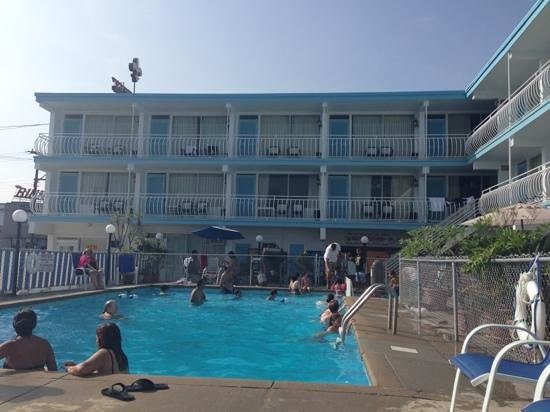 Quebec Motel By-The-Sea: poolside view