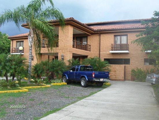 Hotel Rincon del Llano: Fachada y estacionamiento.