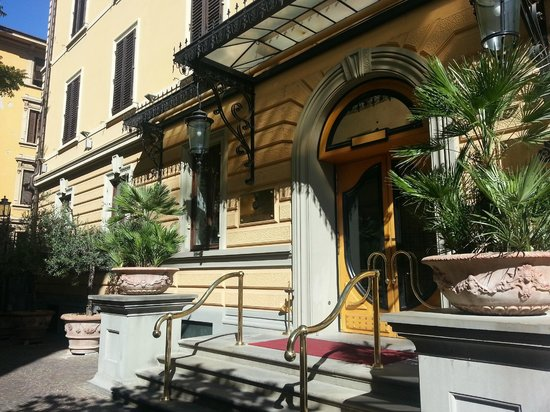 Hotel Albani Firenze: Beautiful entrance