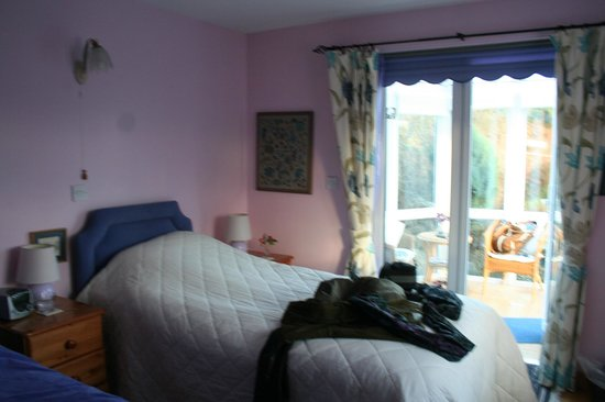 The Railway Cottage: Spacious room, comfy bed and leading to private conservatory