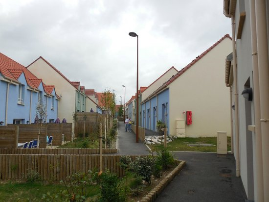 Résidence Odalys Les Villas de la Baie : L'allée centrale entre les deux rangées de maison