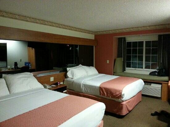 Microtel Inn & Suites by Wyndham Raton: our comfy queen beds room.