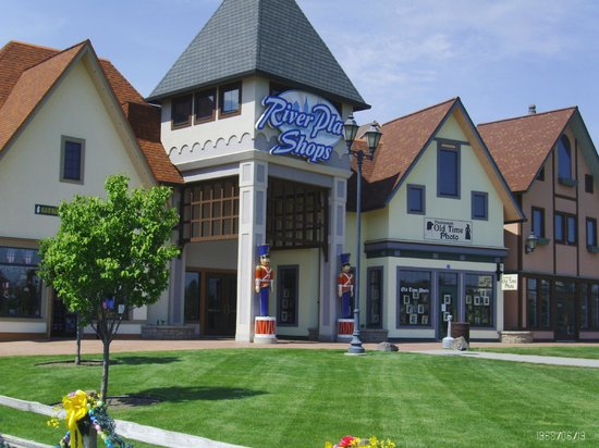 Drury Inn & Suites Frankenmuth: Great shopping in this little town!