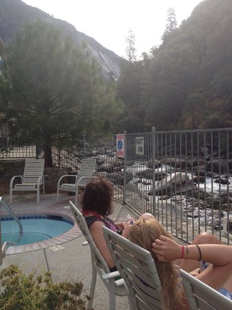 Yosemite View Lodge: Relaxing by the river