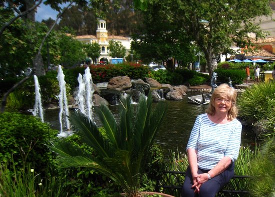 Calabasas Commons: Ina by the lake with fountains