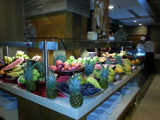 Royal Dragon Hotel: fruit buffet