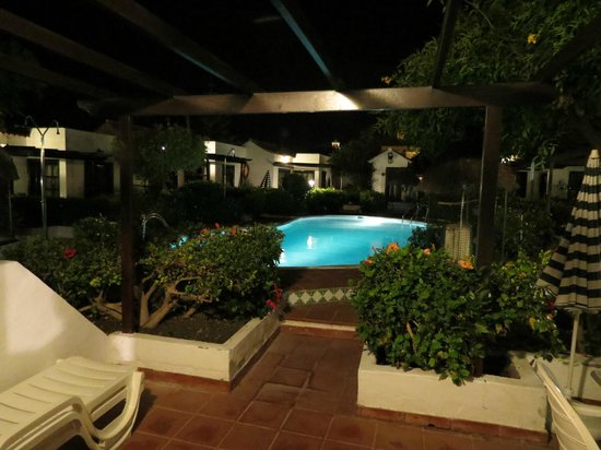 La Concha Apartments: Pool by night
