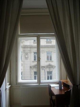 Hotel Suite Home Prague: Bedroom window