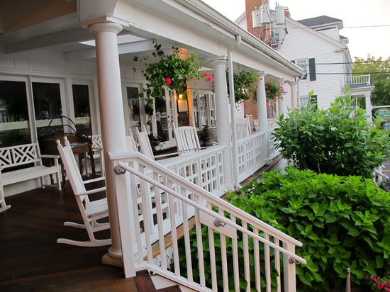 Vineyard Square Hotel & Suites: Front porch--great gathering spot