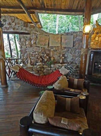 Jacana Safari Lodge: lounge w fireplace in main building