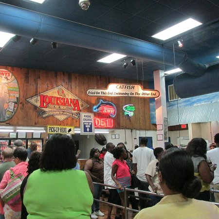 Tony's Seafood : Line for take out for fried foods at 3 PM on a Friday!