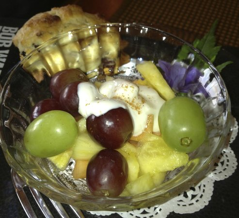 Blue Heron Inn : Breakfast fruit and scone