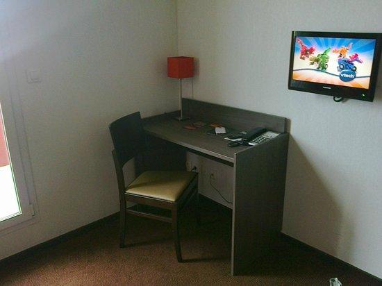 Adagio Access Nimes: Le bureau et la tv du salon