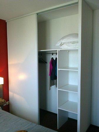 Adagio Access Nimes: L'armoire de la chambre (réparée par mes soins)