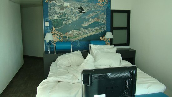 Inntel Hotels Rotterdam Centre: Super comfy bed, looking out the window at Erasmus bridge