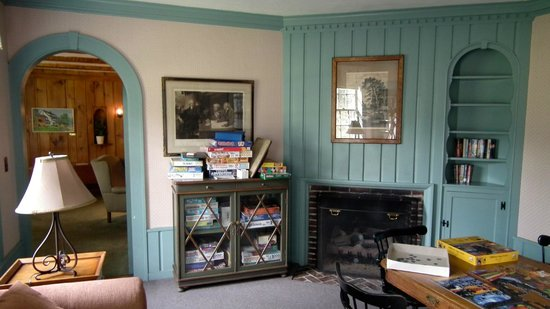 Franconia Inn : The library/ board game room