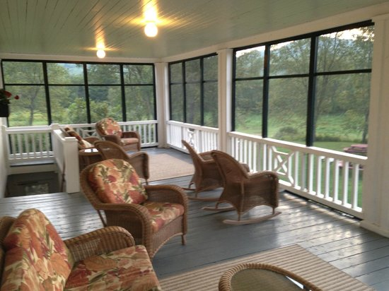 Franconia Inn : Screen porch overlooking pool, great spot to read a book or have a glass of wine.