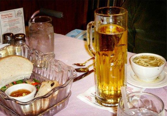 Bavarian Inn Restaurant: Große Bier!