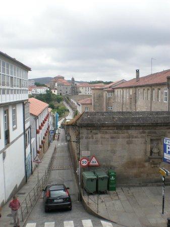 Hotel Virxe da Cerca: La calle donde está el aparcamiento, las ventanas con flores son las habitaciones