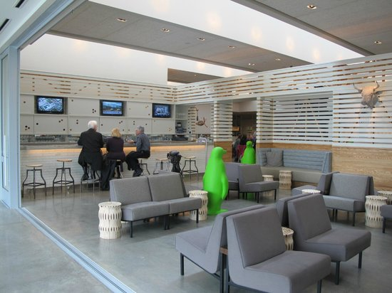 21c Museum Hotel Bentonville: Bar and relaxing area