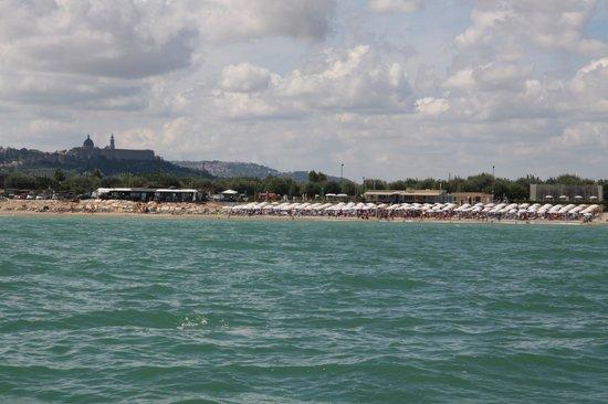 Camping La Medusa : vista dal mare del lido e della vicinanza con la città di Loreto