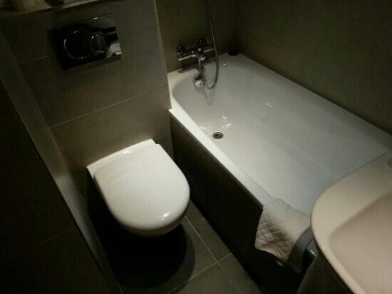 Hôtel Gabriel Paris-Issy : baignoire pour enfants d'une dizaine d'années max, toilette non adapté aux personnes de forte co