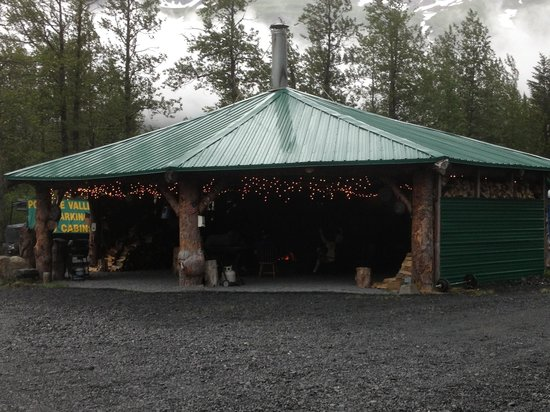 Portage Valley Cabins and RV Park: Fire pit hut, fantastic!!